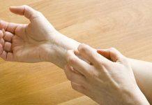 ngứa lòng bàn tay bàn chân